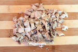 Куриную голень отварную отделяем от кости и нарезаем кусочками.