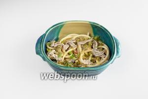 Берём огнеупорную форму и начинаем выкладывать в неё наши обмазанные оливковым маслом макароны. Макароны смазываем фенхелевым соусом, бросаем несколько анчоусов, припорашиваем зеленью из шага 13 — и так в несколько слоёв.