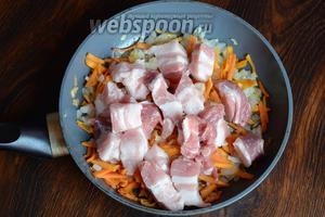 Затем кладём нарезанные кусочки мяса.