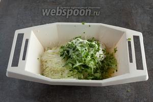 Соединяем капусту с огурцом, сметаной и измельчённой петрушкой. Если вам хочется в этот салат ещё какого-нибудь лучка, то репчатый лучше положить сейчас, а вот зелёный будет пикантнее, если сыпануть его перед самой сервировкой — колечки сохранят упругость.