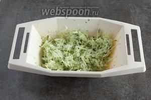 Перемешиваем салат и оставляем его мариноваться минимум на 0,5 часа. Он станет ещё вкуснее через 1 час, но даст больше сока, так что там его обязательно нужно будет перед сервировкой как следует перемешать.