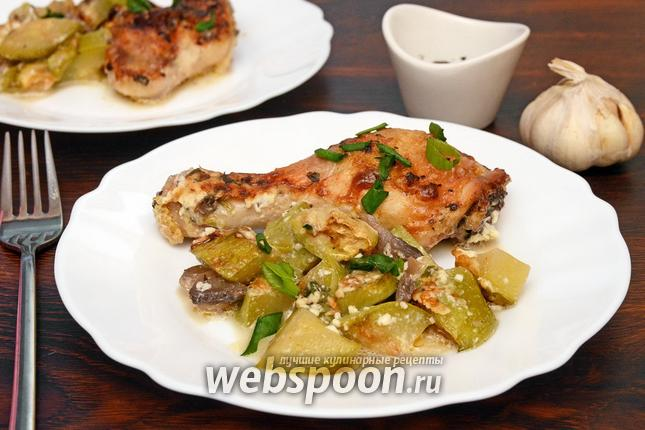 Фото Курица запечённая с кабачками, зелёным луком и грибами