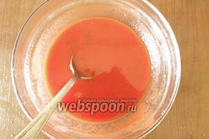 Готовим смесь томатной пасты и воды — по 6 ст. л. соли, сахара, уксуса — 2 ст. л. Добиваемся кисло-сладкого вкуса.