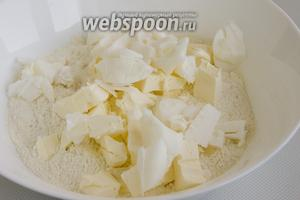 Муку нужно просеять в миску. Масло и смалец подморозить в морозилке, порубить ножом и соединить с мукой.