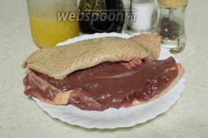 Для приготовления возьмите утиные грудки, мёд, соль, перец, бальзамический уксус.