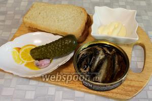 Для бутербродов взять белый (можно любой) хлеб, балтийские шпроты, маринованный огурец, майонез, чеснок, укроп.