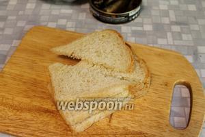 Хлеб нарезать по диагонали пополам.