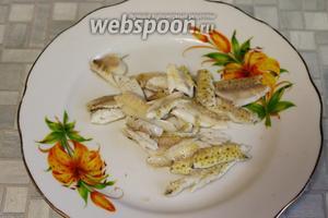 У вынутых рыбок отделить балычки — их потом добавим в готовую уху.