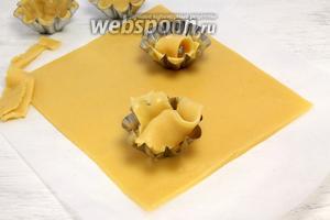 Срезаем неровный край, обрезки укладываем в порционные формы — лепим корзинки. Выпекаем первые 8-10 минут при температуре 180°С.