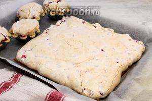Песочный пирог с красной смородиной остужаем, перед подачей посыпаем шоколадной крошкой, украшаем ягодами, мятой.