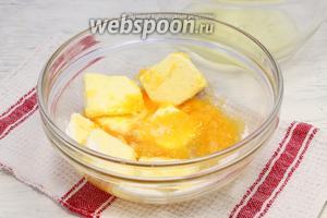Отделяем белки, желтки растираем со сливочным маслом и половиной нормы сахарного песка.