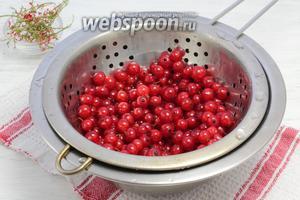 Тем временем перебираем ягоды, отрываем от веток, моем в холодной воде. Слегка просушиваем.