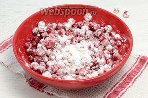 Чистые ягоды панируем в кукурузном крахмале.