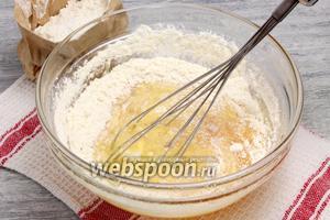 Добавляем пшеничную муку и замешиваем густое, вязкое тесто без комков.