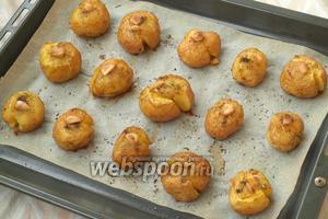 Духовку разогреть до 220°С и запекать картошку 20-25 минут, пока она хорошо зарумянится. Подавать картошку со свежими овощами или салатом. Приятного аппетита!