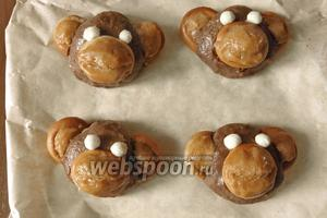 Получаются обезьянки, отправляем их на 2 часа в холодильник. Вот так легко можно приготовить своими руками пирожное картошка в виде обезьянок. Приятного чаепития!