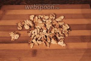 Орехи подсушить в духовке, по возможности очистить шелуху, измельчить. Добавить к массе, перемешать.