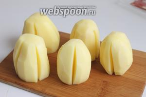Делаем 4-5 надрезов, сбоку картофеля. Вот таким образом.