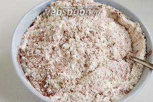 Муку просейте, соедините с какао, разрыхлителем и щепоткой мелкой соли.
