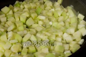 На растительном масле обжарьте лук до полупрозрачности, добавьте кабачки. Обжарьте всё вместе, до появления румяного цвета жарить не нужно.