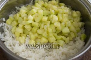 Промытый рис залейте чистой водой в 2 раза больше объёма риса. Посолите. После закипания варите 15-20 минут до полной готовности. Добавьте к рису кабачки.