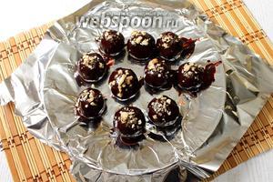 Посыпаем измельчёнными обжаренными грецкими орехами и убираем в холодильник до полного застывания шоколада. Приятного чаепития!