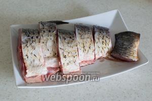 Подготовленную и очищенную рыбу порежьте на порционные куски.