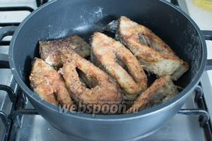 Опустив рыбу в горячее масло, обжаривайте сначала с одной стороны 5-8 минут, затем также с другой. Обжаривать надо на умеренном огне до румяной корочки.