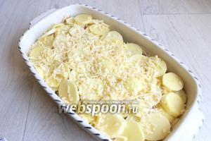 И сверху натираем сыр. Ставим в духовку, разогретую до 180°С, на 1 час. Я закрывала в процессе фольгой верх.