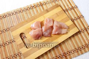 Куриное филе нарезаем небольшими кубиками.