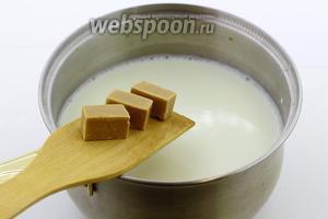 В горячее молоко добавьте ириски. Мешайте, пока конфеты полностью не растворятся.