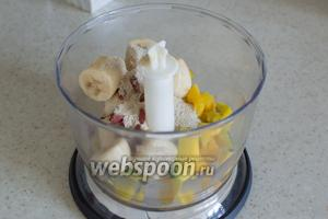 Поместите в блендер порезанные на кусочки банан и манго, добавьте годжи, толокно.