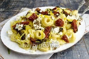 Тортеллини сырные с вялеными помидорами и шпинатом