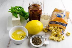 Чтобы приготовить блюдо, нужно взять тортеллини сырные, помидоры вяленые в оливковом масле, брынзу, смесь трав, цедру 1 лимона, шпинат, белое вино, топлёное масло, соль.