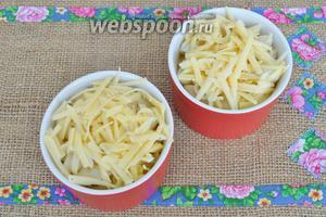 Выложить 1/4 соуса и посыпать натёртым сыром. Поставить в духовку на 30 минут при 190°С.