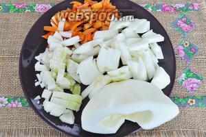 Подготовим овощи, вымоем, почистим и нарежем. Перец и лук мелкой соломкой, а патиссоны кубиками покрупнее.