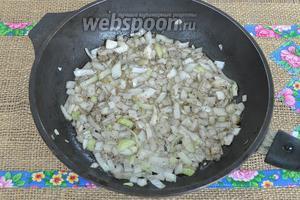 На сковороде в растительном масле обжарим лук с чёрным перцем.
