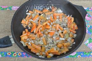 Добавим перец болгарский и обжарим 1 минуту на сильном огне. Всё жарим быстро, потому что нам надо получить не пропаренную овощную кашу, а отличную овощную смесь, где каждый овощ можно узнать.
