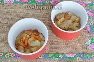 Формы для запекания смазать растительным маслом. Заполнить на 1/3 овощами.