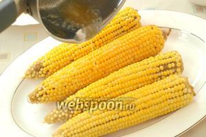 Как только кукуруза сварилась, сразу же полить её растопленным сливочным маслом.