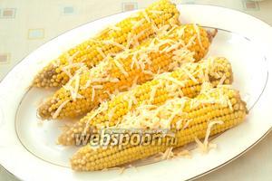 Сразу же посыпать кукурузу подготовленным твёрдым сыром. Приятного аппетита!