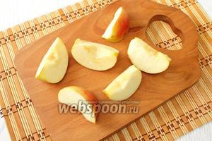 Яблоки разрезаем на дольки, вырезаем сердцевину.