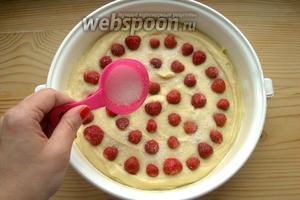 Сверху посыпаем пирог оставшимся сахаром.