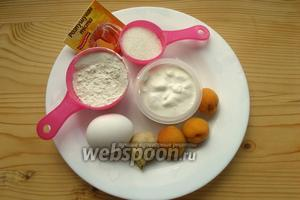 Нужна мука, соль, сахар, разрыхлитель, сода, яйца, сметана, абрикосы, имбирь.