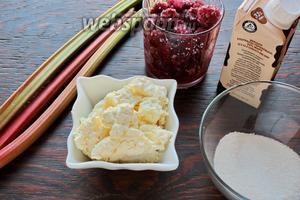 Для вкусного, полезного завтрака или десерта, или даже лёгкого ужина, надо взять малину, ревень, сахар, творог, сливки.