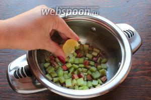 Добавить 2 ст. л. воды, выжать сок из дольки лимона.