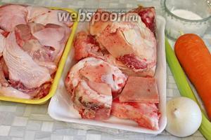 Для приготовления коричневого бульона взять говяжьи кости, куриное мясо с костями, овощи и пряности, соль.