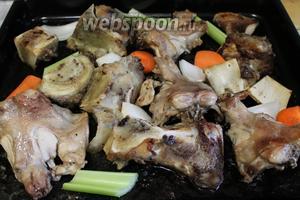 Добавить к костям, когда они запекутся с одной стороны. При запекании кости и овощи нужно несколько раз перевернуть, чтобы не подгорели.