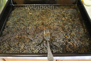 На противень налить воды (0,5 л), смыть все поджарки и мясной сок, и добавить в кастрюлю.