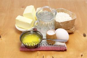25 г масла растапливаем, остужаем, оставшееся — до последнего момента держим в холодильнике. Кроме того, для слоёного теста потребуются вода, мука, желток, соль.